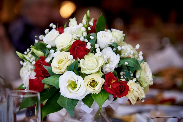 レストランのテーブルの上の花の花束。