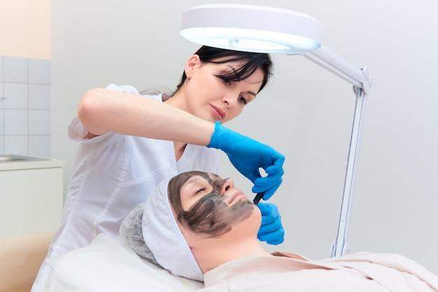 レーザー美容学の診療所での手技によるカーボンフェイシャルピーリング。