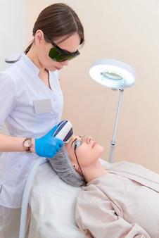 Лазерная процедура в клинике лазерной косметологии.