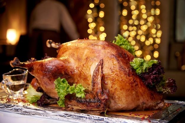 明るいボケ味の背景に食欲をそそる焼き七面鳥のクローズアップ。