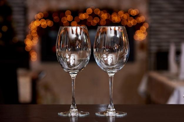 Два пустых чистых стакана с отражением