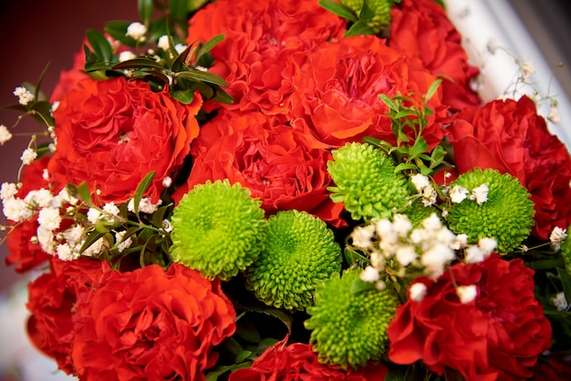 Букеты из красных гвоздик крупным планом. подарочный букет цветов.