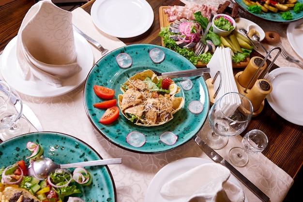 宴会やディナーパーティーのためのテーブルセッティング。
