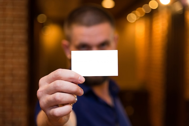 男性の手に白いカード