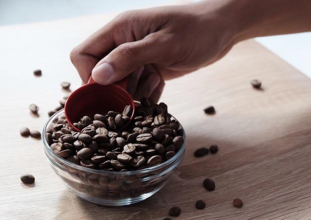 Ложка кофейных зерен