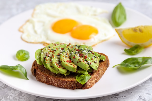 アボカドの朝食、卵のサンドイッチ健康トーストの食事