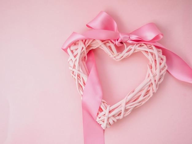 リボンでピンクのベースに編みこみのハートをリンク