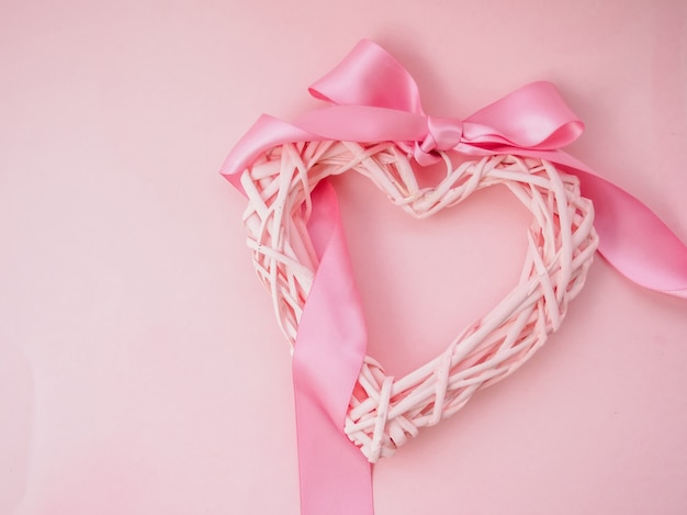 Плетеное сердечко на розовой основе с лентой