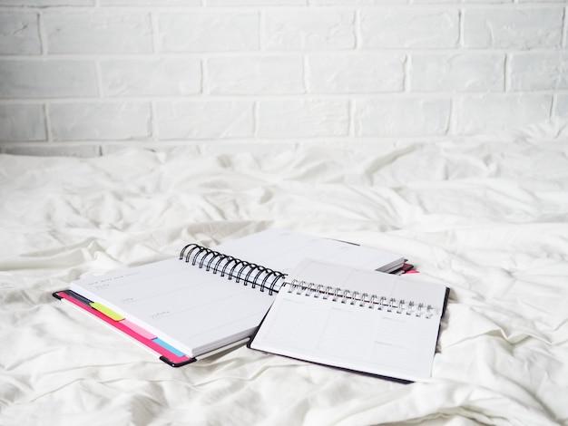 Дневник на белой ткани лежит, концепция удаленной работы, фриланс, работа на дому, комфорт, блогер