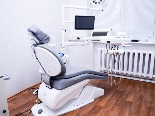 歯科医院、患者さんの椅子、歯科医のための道具、歯科衛生士。
