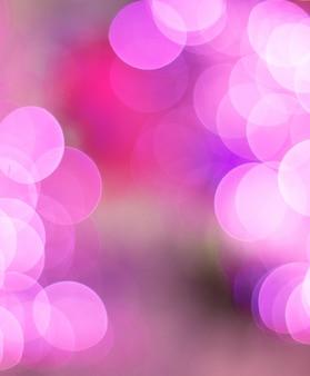 赤の背景にカラフルなライト。休日のボケ味。抽象的なクリスマス、青と白の光をぼかし