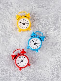 レトロな目覚まし時計のテーブル。レトロなカラー画像スタイルの写真