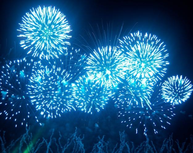 花火は眩しいディスプレイで空を照らします。