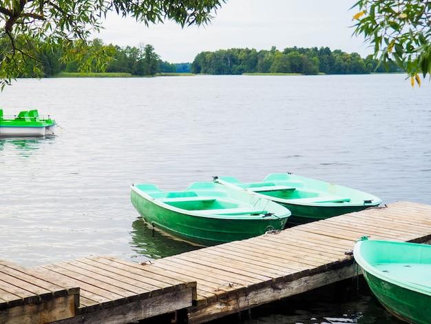 橋、自然、テキスト用のスペースの近くの古い緑の小さなボート