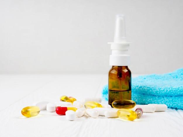 薬、薬。カラフルな錠剤パッケージとボトルのスタック。