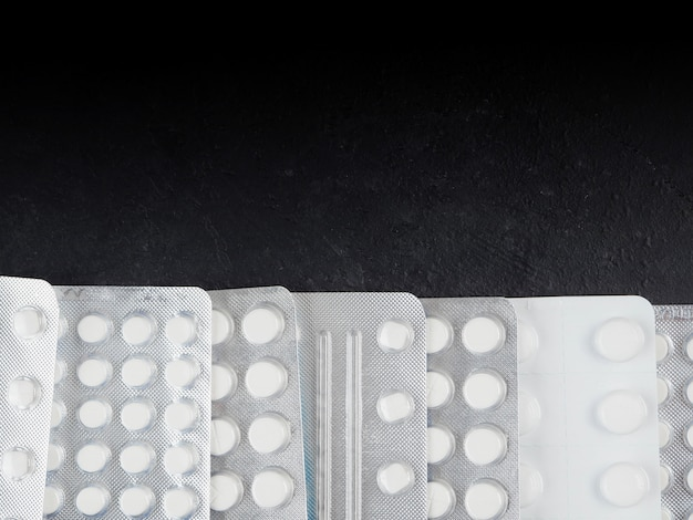ブリスター、鼻スプレー、紙のハンカチの多くの錠剤。