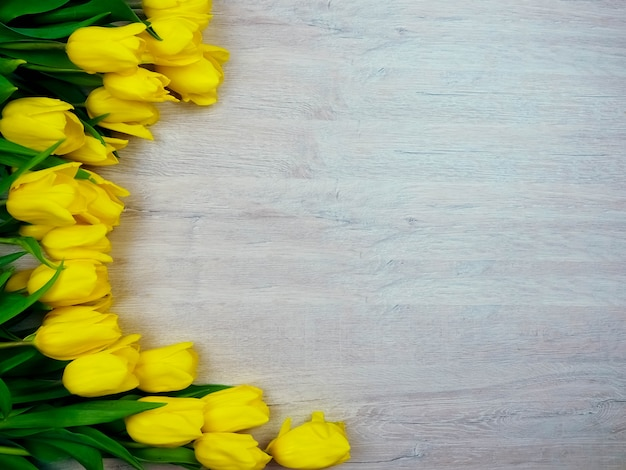 木製コピースペースに黄色のチューリップ。