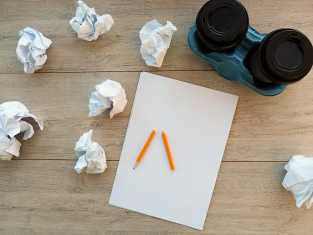 砕ける紙ボールと透明な白い紙に鉛筆します。