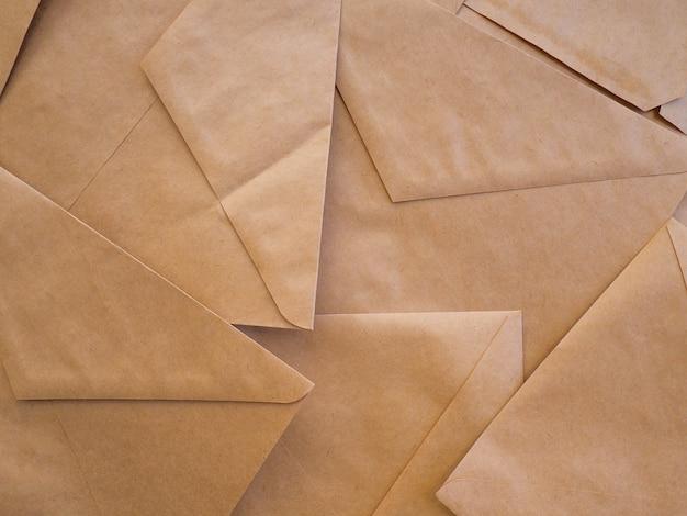 封筒クラフトは背景として横たわる