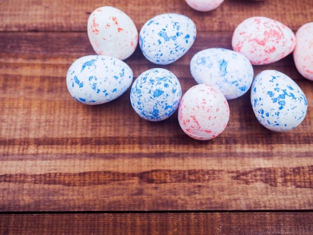 ハッピーイースターのコンセプトです。イースター休暇の背景、春の季節。ピンクの卵、イースターのアイデア、ミニマリストのスタイリッシュな装飾。スペースをコピーします。
