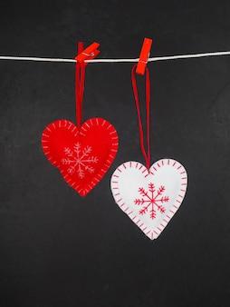 Красное белое сердце на черном, люблю зиму