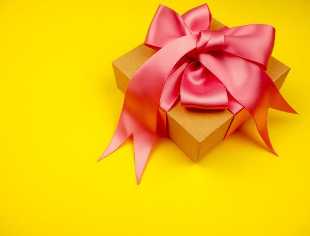Подарочная коробка с розовой атласной лентой