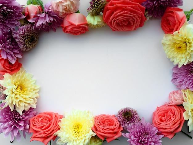 Круглая рамка из розовых и бежевых роз, зеленых листьев, веток