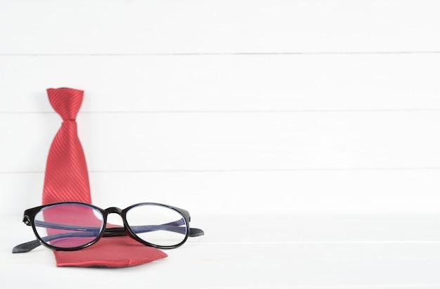 赤いネクタイと白い木の眼鏡。