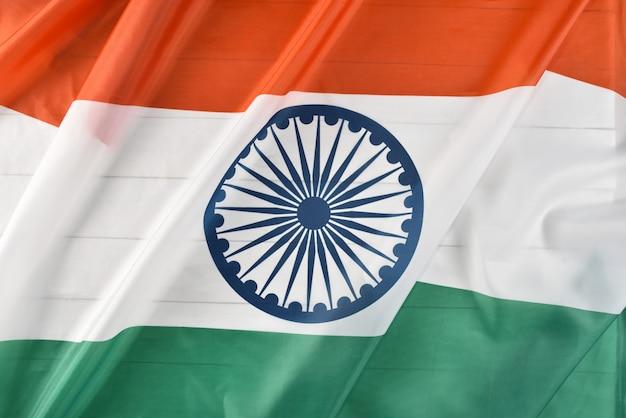 白い木製の背景にインドの国旗の平面図です。インド独立記念日。