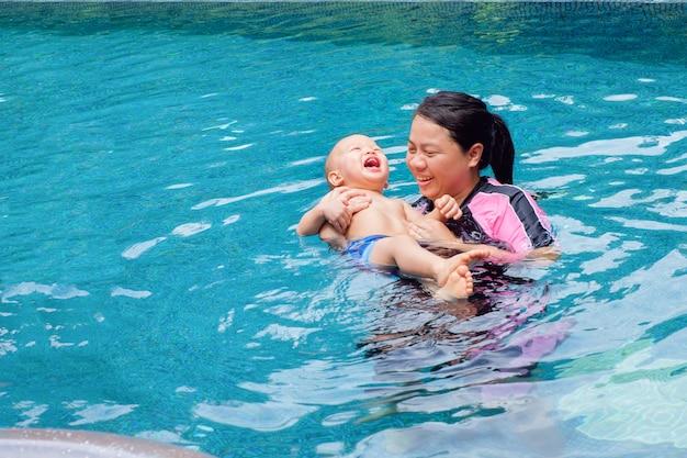 Мама и малыш наслаждаются летними каникулами на тропическом курорте