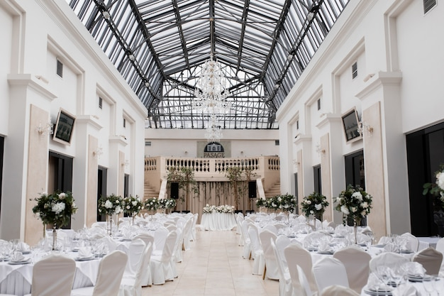 結婚式の装飾が施されたホールはお祝いの準備ができています