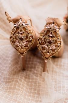 Свадебные туфли, украшенные драгоценными камнями