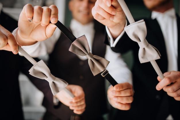 Мужчины демонстрируют свои галстуки-бабочки