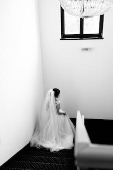 花嫁はホテルの階段を下ります