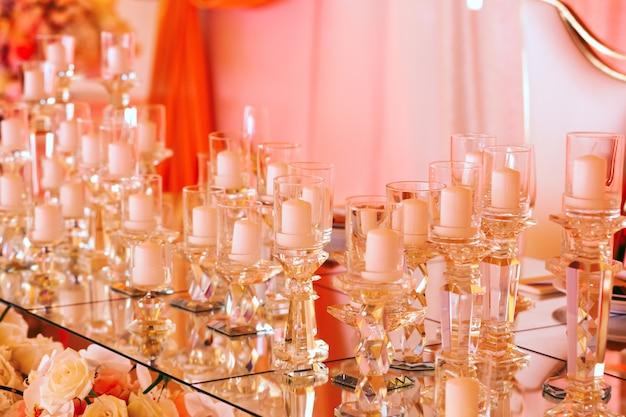 Прекрасный вид стола с оригинальными свечами