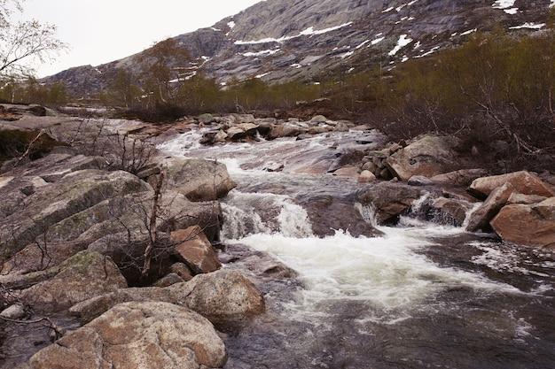水が川の岩に跳ね返る