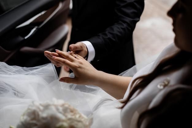 教会での結婚式でのカップル