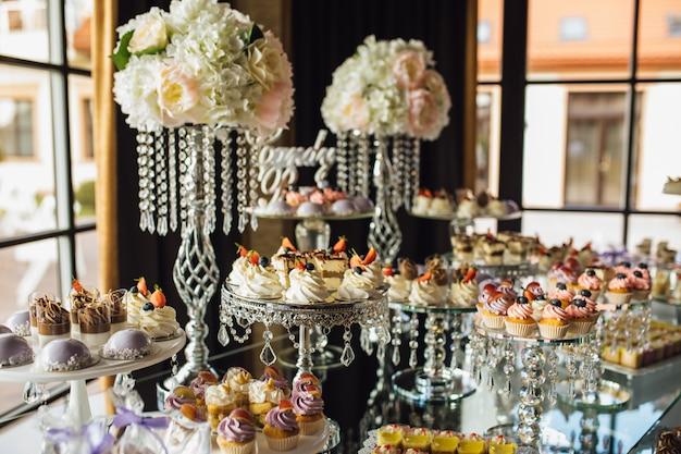 Богатый шоколадный батончик с разнообразием сладостей на праздник