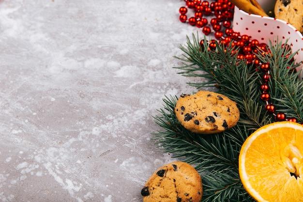 おいしいチョコレートのクッキーは、さまざまな種類のクリスマスの装飾で作られた円の中にあります