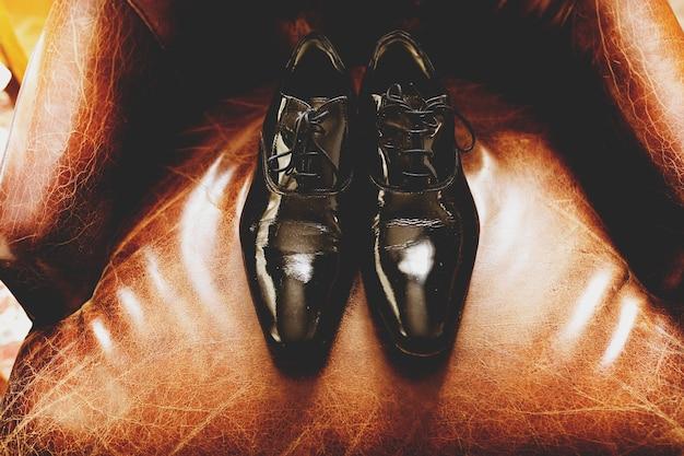 特許の靴は革の椅子に横たわっている