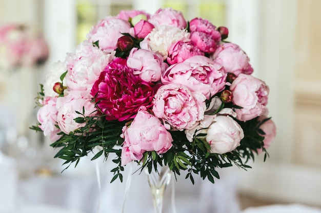 白とピンクの牡丹で作られた花束の拡大