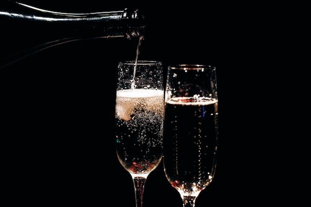Шампанское и декор для дня святого валентина на черном фоне