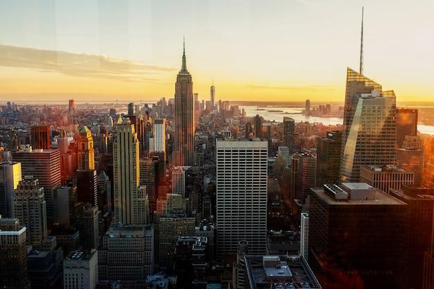Золотистый утренний свет сияет над великолепным городским пейзажем нью-йорка