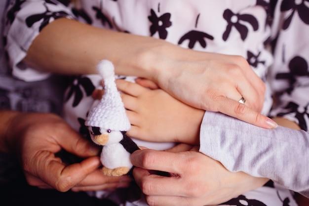 Беременная мать держит игрушку