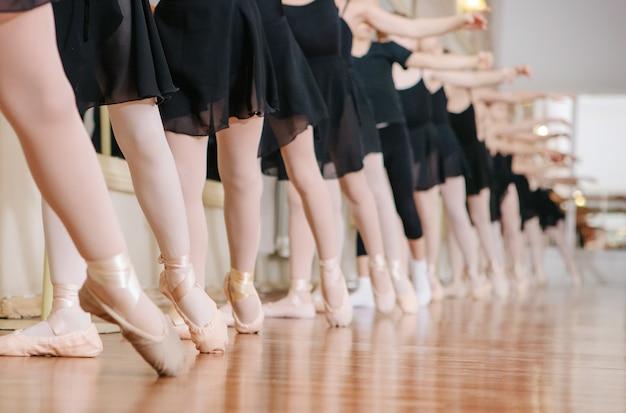 Маленькие балерины занимаются балетным классом.
