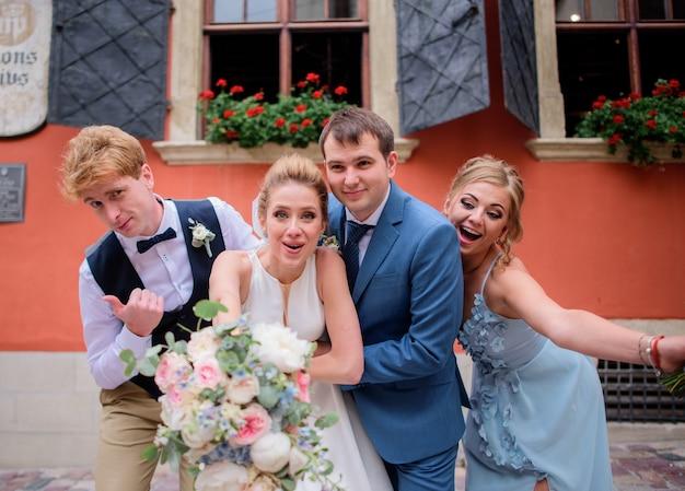 かなりの花嫁とその友人が通りにポーズをとっている