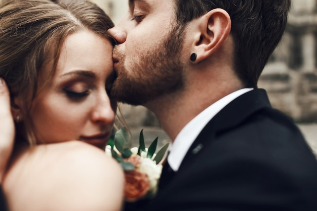 新郎新婦は、柔らかくて柔らかく、キスします
