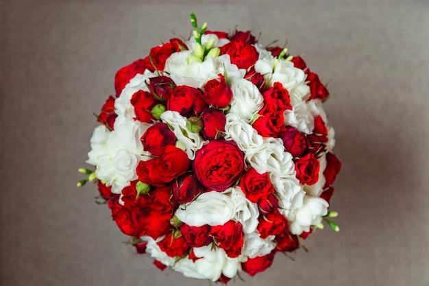 豊かな結婚式の花束で上から見てください