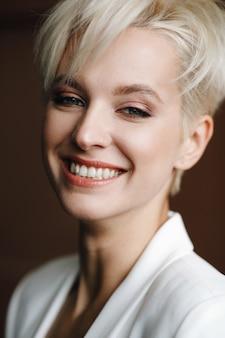 Портрет улыбается очаровательная женщина с глубокими голубыми глазами