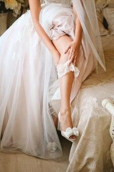 結婚式のガーターを着ている花嫁